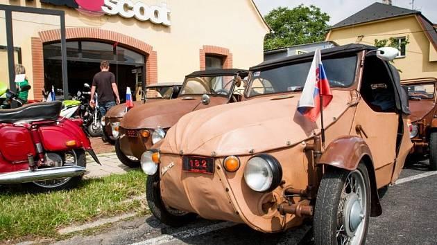 Přibližně dvacítka příznivců vozidel Velorex v pátek před polednem dorazila k prodejně Motoscoot na Těšínskou ulici v Opavě. A že se bylo na co koukat.