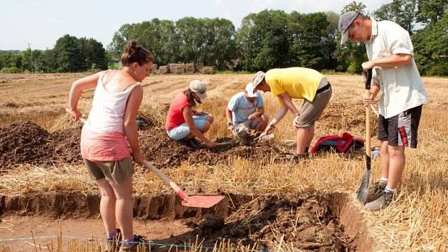 Základy obydlí, ohniště a snad i příkopové ohrazení to jsou nejzajímavější nálezy, které nyní objevili archeologové z Filozofickopřírodovědecké fakulty Slezské univerzity v Opavě v Pustějově u Fulneku.