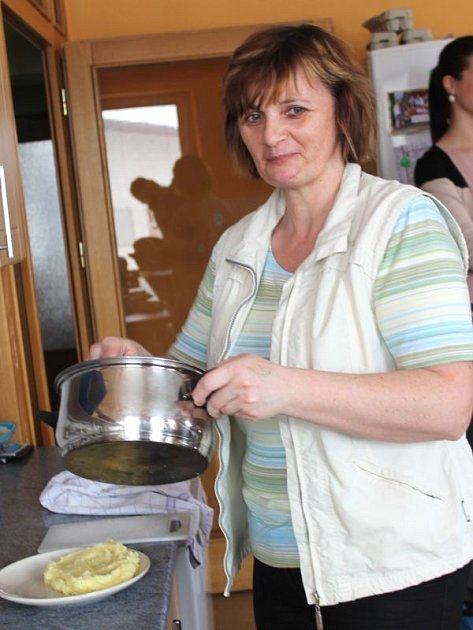 Teta zrovna vaří oběd. Scéna, která je v poledních hodinách pro Klokánek typická.