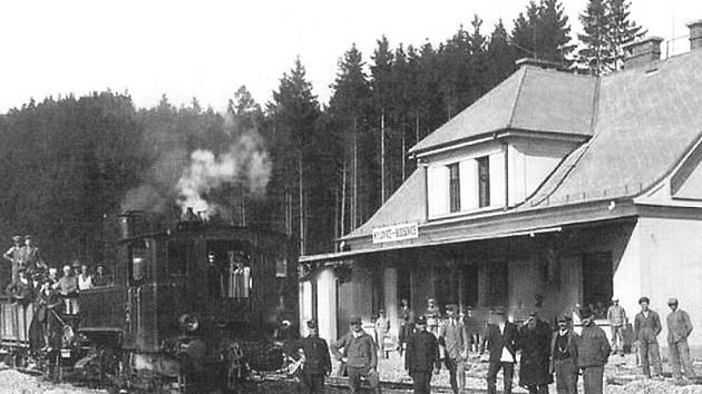 Historická fotografie zastávky v Zátiší, která pochází ještě z doby, kdy byla celá stanice budována. Patrně se jedná o rok 1926 nebo 1927.