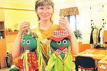 Zaměstnankyně charitní chráněné šicí dílny s hračkami.