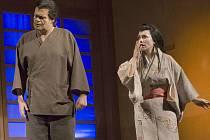 V Japonsku předvedou Opavané také japonskou národní operu Yuzuru. Na snímku jsou ústřední postavy ztvárněné Michalem Pavlem Vojtou a Katarínou Jordou Kramolišovou.