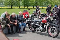 Hrabyňský pomník II. světové války hostil sraz historických aut OldRacing klubu Hlučín a motocyklů Českého klubu historických motocyklů Ostrava.