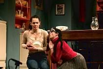 Čekej do tmy. Slepou dívku Zuzanu ztvárňuje Hana Baroňová (na snímku vlevo) a Glorii Sabina Muchová.