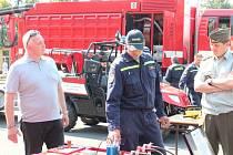 Prohlídka nové techniky určené pro práci profesionálních hasičů.