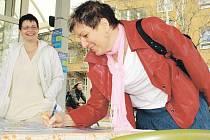 Kromě podpisového místa na Horním náměstí a u brány Slezské nemocnice je možno podepsat petici v několika obcích regionu a také u řady spolupracovníků. Jedním z těch, kdo včera přidali své jméno u nemocnice, byla Dana Ondřejová z Hradce nad Moravicí.
