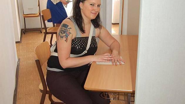 """Mezi prvními voliči na Praskově ulici v Opavě byla také Opavanka Hana, která podle svých slov chodí volit pravidelně. """"Očekávám, že se některé oblasti v Opavě změní k lepšímu. Půjdu volit i příště. Myslím si, že je důležité, aby šel volit každý,"""" uvedla."""