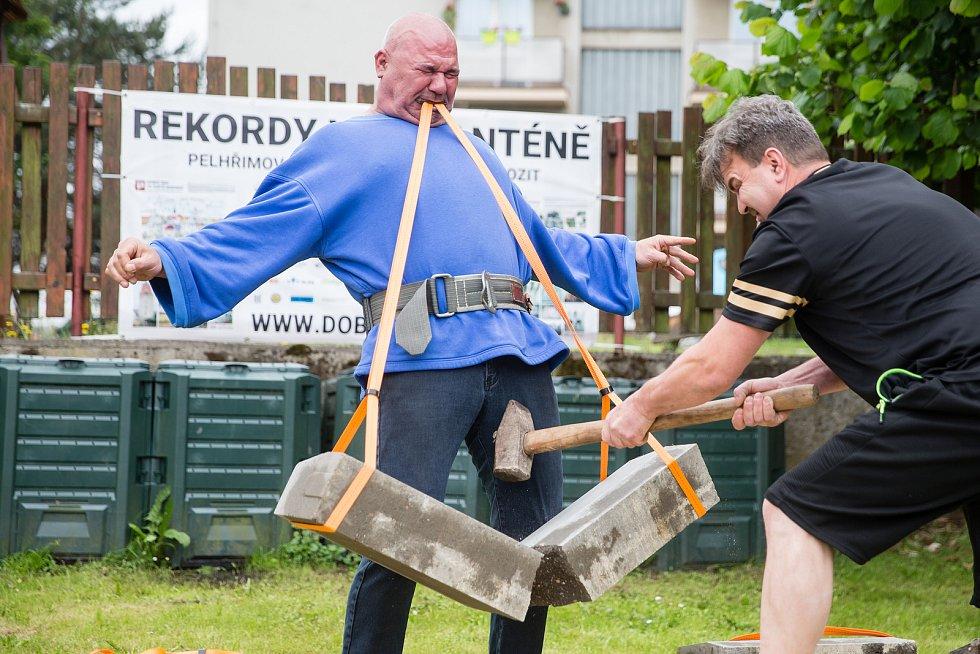 René Golem Richter v rámci Rekordů v karanténě překonal světový rekord v přerážení betonových obrubníků (80 kg) držený v zubech na rychlost.