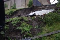 Hasiči z pěti jednotek byli v pátek dopoledne povoláni do Holasovic k sesuvu části svahu a destrukci objektu.