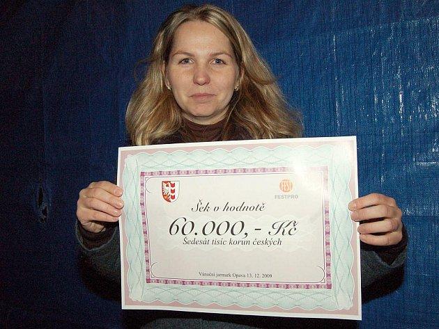 Kateřina Prchalová převzala pro svou školu šek s peněžmi, které byly vybrány v rámci vánoční sbírky. Tu připravila firma Festpro.