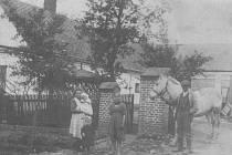 RODINNÝ dům na Štemplovci tehdejšího starosty obce, rolníka Ludvíka Kleina. Rok 1924.