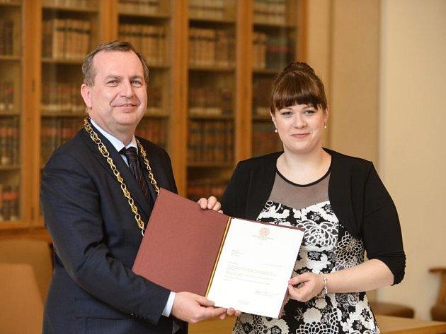Rektor Karlovy univerzity Tomáš Zima udělil Denise Dybowiczové za její čin Mimořádnou cenu.