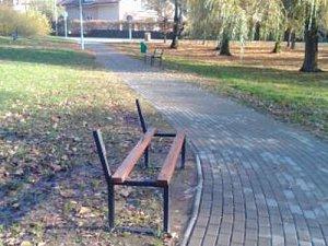 Latě z laviček strážníci v parku raději preventivně odmontovali.