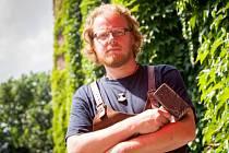 Jan Motyčka je dnes uznávaným mečířem. Jak sám říká, svému řemeslu úplně propadl.