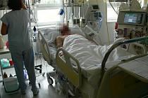 Čtyřiatřicetiletý muž z Budišova nad Budišovkou leží na ARO v opavské Slezské nemocnici poté, co vypil podle svého tvrzení kolkovanou vodku zakoupenou v kamenném obchodě.
