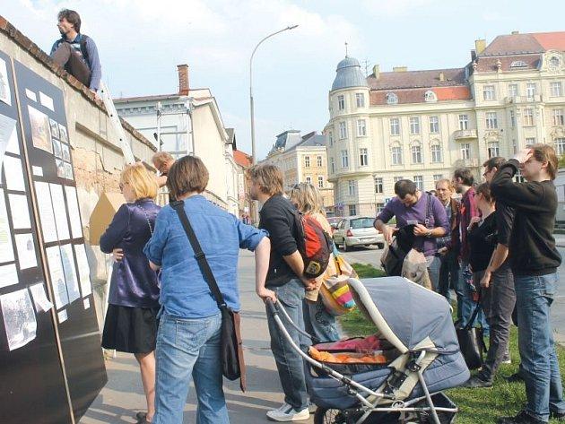 Na jaře se konala před uzavřeným areálem Slezské univerzity nevšední protestní akce za zachování historické rybí chovné stanice. Možná i to přispělo k tomu, že vedení školy již nyní na demolici památky tolik nepospíchá.