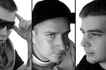 Roman Aust, který je uprostřed, je znám jako Stray Side. Na fotce je spolu s ostatními členy skupiny.