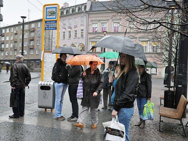 Zastávka na Dolním náměstí v Opavě stále není zastřešená.
