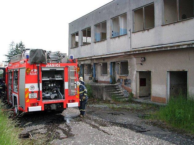 V areálu bývalé merkanty ve čtvrtek hořelo.