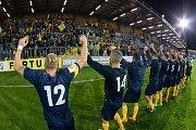 Opava - Zápas 9. kola Fortuna národní ligy (FNL) mezi SFC Opava a FC Sellior & Bellot Vlašim hrané v Opavě 23. září 2017. Hráči Opavy, fanoušci, děkovačka