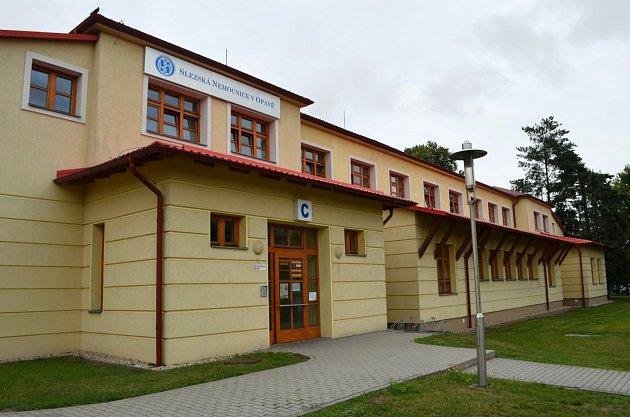 Transfuzní oddělení Slezské nemocnice vOpavě najdete vOlomoucké ulici. Má samostatný vchod iparkoviště.
