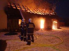 Sedm jednotek hasičů zasahovalo v neděli večer u požáru větší hospodářské budovy v  Háji ve Slezsku-Jilešovicích přilehlé k rodinnému domku.