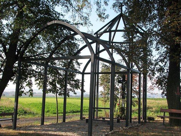 Kaple na Svaté Anně je vyrobena z kovového skeletu.