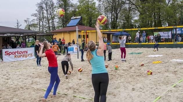První květnovou neděli zorganizoval Happy Sport slavnostní otevření pěti beachvolejbalových hřišť společně s jedním antukovým na Kolofíkově nábřeží v Opavě.
