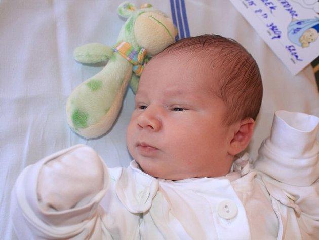 """Benjamín Teodor Hudeczek se narodil 30. července, vážil 3,92 kilogramů a měřil 52 centimetrů. """"Doma už se na miminko těší sestřička Ester a bráška Samuel Jan,"""" uvedli rodiče Ivana a Radek z Branky u Opavy."""
