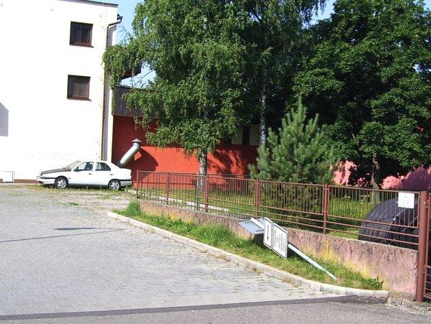 Takhle po řádění vandalů dopadla jedna z dopravních značek v Hlučíně.