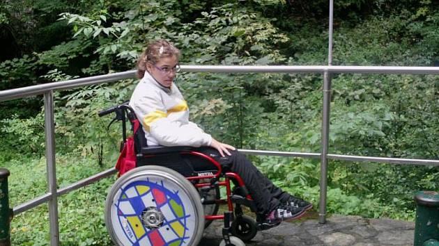 Lucie Stříbná trpí mozkovou obrnou. Zakoupením lístku na ples přispějete na její péči.