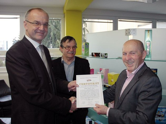 Prorektor Jaromír Gottvald předává certifikát o rekordu vedoucímu prodeje Modelu Opava Heřmanu Goldmannovi.