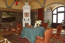 Po více než dvouletém úsilí se podařilo v prostorách východního křídla Bílého zámku v Hradci nad Moravicí upravit dosud nevyužívané prostory do podoby, jakou měly v dobách knížat Lichnovských. Originální nábytek, koberce, kamna, doplňky.