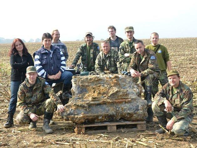 Letečtí badatelé ze Suchdolu nad Odrou už dokázali rozluštit mnohé záhady spadlých letadel. Zde je jejich společná fotografie.
