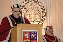Slavnostnímu zahájení akademického roku 2011/12 pro všechny vysoké školy v České republice, které se konalo v pondělí v opavském kostele sv. Václava, bylo přítomno na tři sta hostů. Mezi nimi také předseda vlády Petr Nečas.