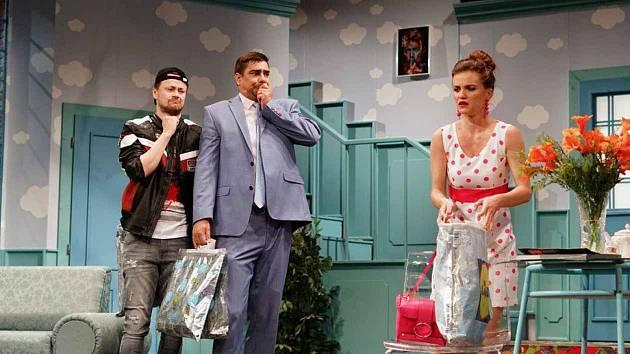 V letošní sezoně si Michal Stalmach (druhý zleva) zahrál například ve zdařilé komedii Tři bratři v nesnázích.