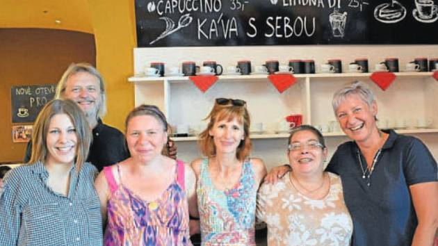 JULIE URBIŠOVÁ (uprostřed) navštívila také charitní Kavárnu pro Radost v Opavě.