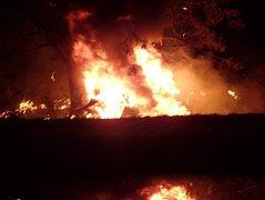 Auto u Opavy sjelo ze silnice a začalo hořet