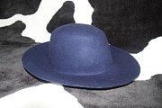 Manželka Tomáše Rosického Radka věnovala do dražby svůj klobouk.