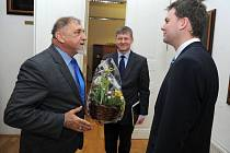 Opavský primátor Radim Křupala přivítal na radnici starostu polského města Żywiec Antoni Szlagora (vlevo).