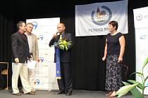 Starosta Otic Vladimír Tancík přebírá tzv. Modrou stuhu, symbolizující cenu za společenský život v obci. Ocenění získaly Otice v krajském kole soutěže Vesnice roku 2013 a slavnostní vyhlášení proběhlo v pátek v Jeseníku nad Odrou.
