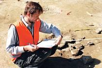 Archeolog při práci na pohřebišti.