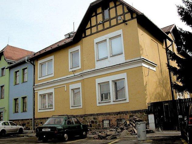 Dům rodiny Žídkovy na Hviezdoslavově ulici ukrývá sudy s jedovatým odpadem. Žídkovým se nyní konečně dostalo od soudu alespoň částečné satisfakce.