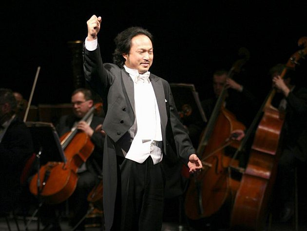 Titulní postavu Samsona ztvární v alternaci s Michalem Pavlem Vojtou i skutečně vynikající korejský tenorista Kisun Kim, který v inscenaci vystupuje jako host.