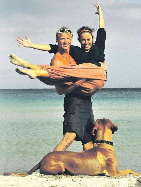 Fotka z letošní dovolené na Korsice. Michal Balner se svou přítelkyní Anetou Pecnovou a psem Jimmym.