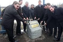 Krajský hejtman Jaroslav Palas (ČSSD) (čtvrtý zleva) a další hosté bušili 25. března 2009 u Hrabyně kladívky do základního kamene silnice I/11 a nešetřili přitom úsměvy ani ujištěním o finančním zabezpečení investice.