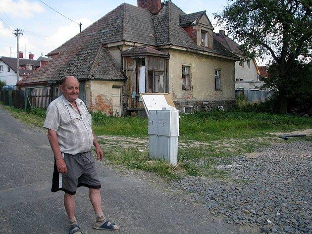 František Hackenberger, bydlící sousedství tohoto rozpadlého a nebezpečného domu na Rybniční ulici ve Vítkově, již řadu let žádá úřady o zásah proti jeho nezodpovědnému majiteli. Okolí baráku se hemží potkany a zdivočelými kočkami přenášejícími infekce.