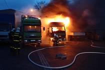 V sobotu v brzkých ranních hodinách došlo v Opavě k požáru dvou nákladních automobilů v prostorách areálu bývalého družstva Jednoty na Holasické ulici.