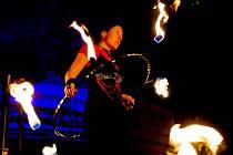 Volné sdružení kejklířů, komediantů a jarmarečníků vystupujících pod názvem Agripa předvedlo v rámci programu opavských vánočních trhů své ohnivé představení.