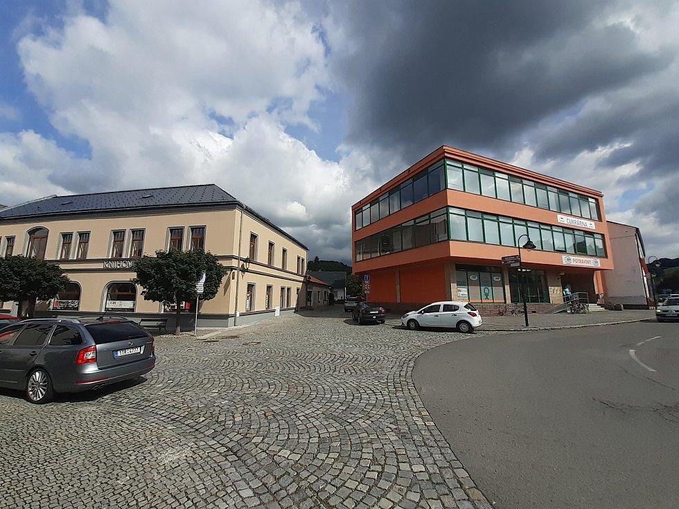 Pohled na budovu Babince a nákupní středisko Hradečanka.